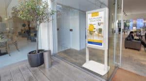 Totem design pour écran vitrine magasin