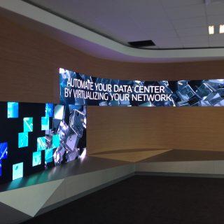 ecran curve showroom