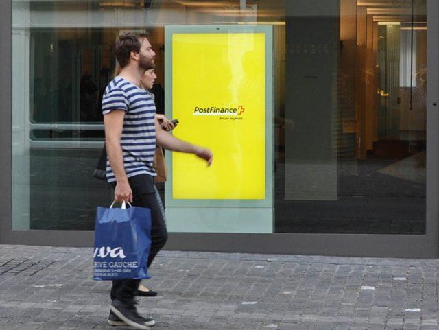 Totem vidéo vitrine pour banque