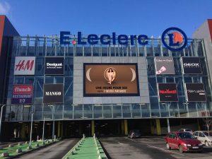 Écran led extérieur en façade du centre commercial Leclerc