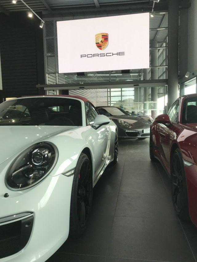 écran LED en concession automobile Porsche