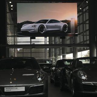 Ecran geant interieur de Porsche Lyon