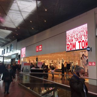 Ecran led en facade de la boutique Uniqlo