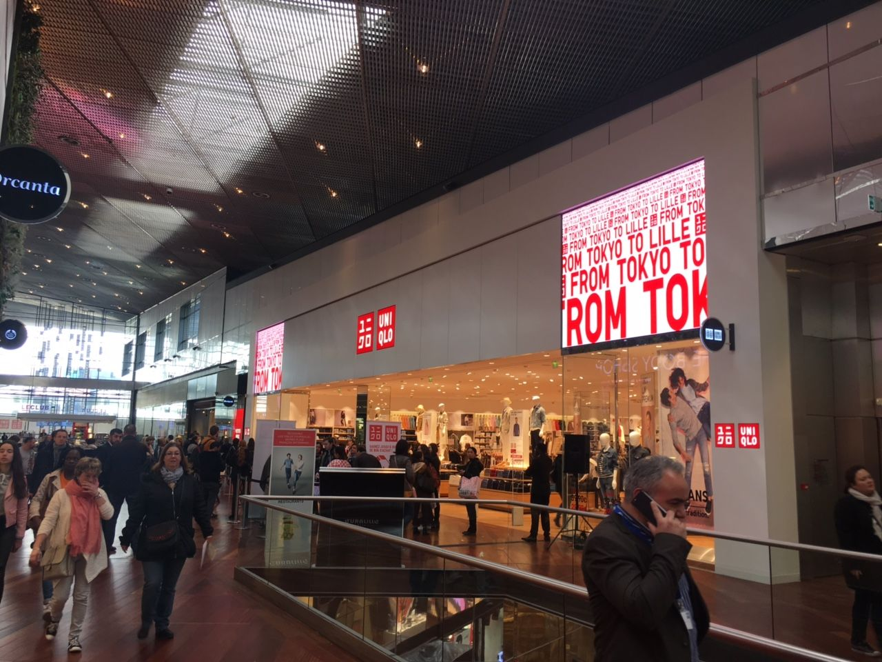Enseigne video led en facade de la boutique Uniqlo