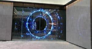 Écran géant transparent sur une porte
