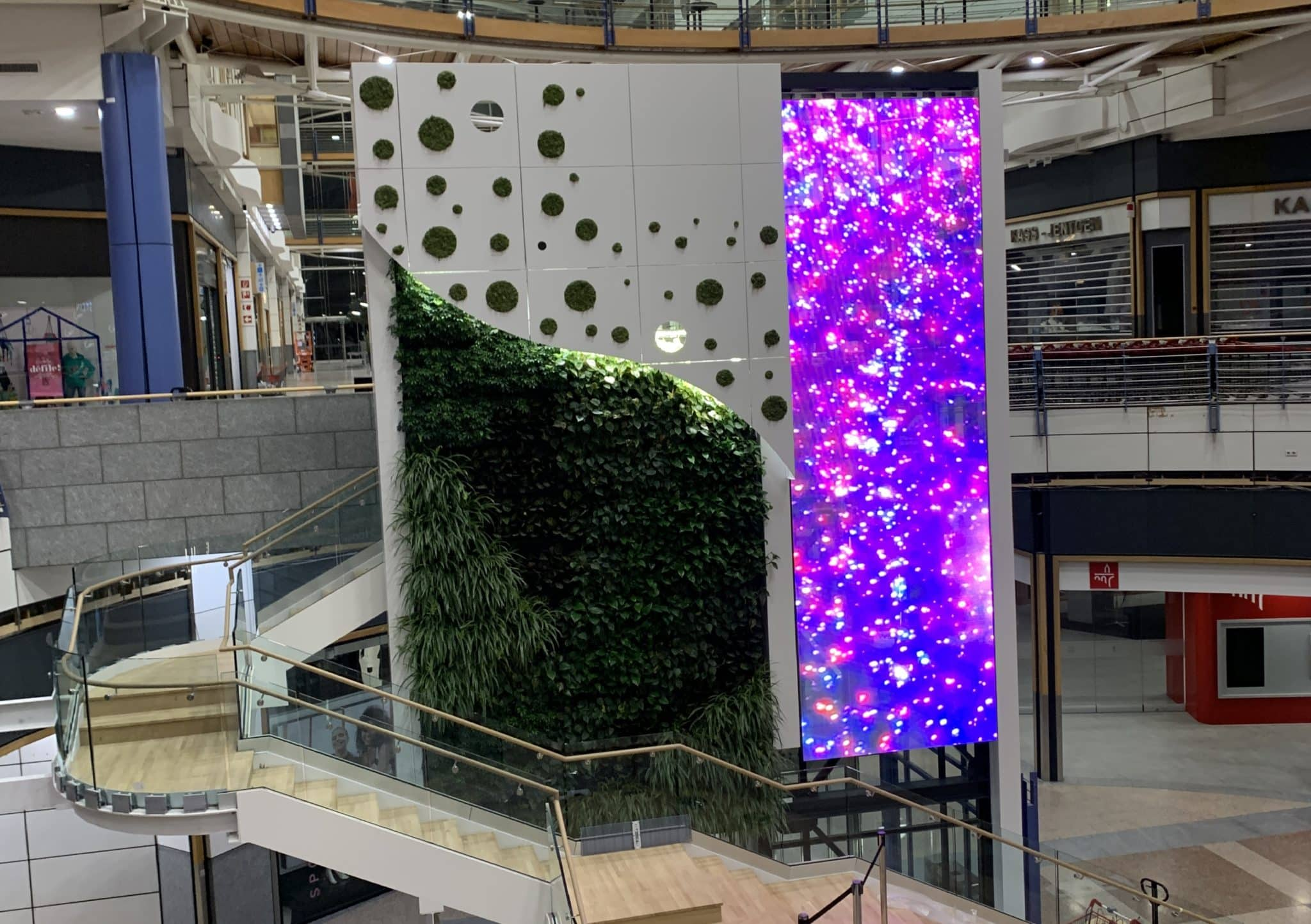 Ecran video transparent sur ascenseur centre commercial luxembourg