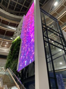 Écran vidéo transparent sur ascenseur